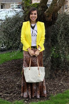 Alto contraste: blazer amarelo + camiseta + saia longa de onça