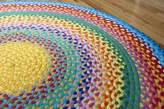 Rainbow rug from t shirt yarn.also a link to a source for purchasing t shirt yarn so you don't have to make it yourself. Recycled T Shirts, Old T Shirts, Tapetes Diy, Fabric Crafts, Sewing Crafts, Sewing Diy, Hand Sewing, Diy Tapis, Tshirt Garn