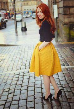 Cómo combinar las faldas midi: Fotos de los modelos - Falda midi amarilla