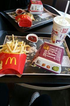 Mc donald's Love Eat, Love Food, Mcdonalds Recipes, Tumblr Food, Food Snapchat, Story Instagram, How Sweet Eats, Food Cravings, Food Photo