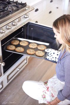 Lauren Conrad Making Her Perfect Chocolate Chip Cookies (I might add that's a La Cornue oven/range! Köstliche Desserts, Delicious Desserts, Dessert Recipes, Yummy Food, Yummy Treats, Sweet Treats, Galletas Cookies, Baking Cookies, Cake Cookies