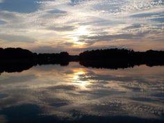 Miroir mon beau Miroir. Le #ValdeLoire n'a pas fini de vous étonner, il regorge également d'étangs, voici celui de la Vallée , à Combreux dans le #Loiret, merci à Julien Crette ;-) Vous aimez ???