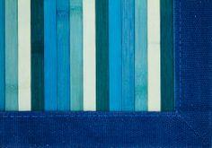 Detalle alfombra bambú Leman.  Las alfombras de bambú son ecológicas y resistentes gracias a su fibra natural de rápido crecimiento.  Fáciles de lavar, anti-deslizantes, costuras reforzadas y resistentes al agua. #alfombras #bambú #decoración #azul