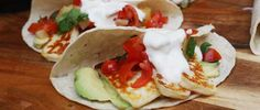 How about some Greek-Mex? Crispy halloumi tacos with pineapple & tomato salsa. Topped with a Greek yoghurt & sweet chili sauce. Wrap Recipes, Milk Recipes, Mexican Food Recipes, Diabetic Recipes, Healthy Recipes, Fried Halloumi, Sour Cream Sauce, Greek Dishes