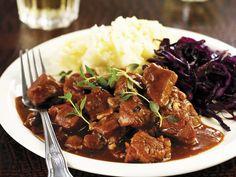 Wenn das nächste Mal Besuch kommt und die deutsche Küche kennen lernen möchte, hätten wir hier eine Anregung: Wildschwein-Bier-Ragout mit Kartoffelpüree und Blaukraut - smarter - mit einer Zubereitungszeit von 50 Min.  #rezepte #eatsmarter