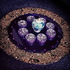 Image result for henna plate designs Henna Paint, Painted Plates, Plate Design, Mehndi, Party Themes, Decorative Plates, Bling, Candles, Tableware