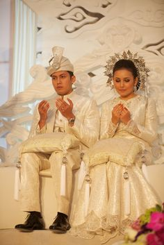 Traditional white songket by Rizalman. Classy traditional touch is what a Malay bride ever dream of (well at least for me)