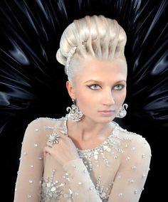 Breathtaking sculpted upstyle by Alon Selezniov of Russia. MUA: Marina Soboleva #hotonbeauty hotbeautymagazine #hairart