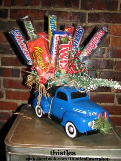 A candy bar bouquet in the bed of a pickup truck bring home a Christmas tree. For Father's day. Candy Boquets, Candy Bar Bouquet, Gift Bouquet, Themed Gift Baskets, Raffle Baskets, Candy Gift Baskets, Christmas Candy Bar, Christmas Crafts, Christmas Tree
