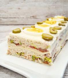 Pastel frío de atún con pan de molde (Cold tuna pie with sliced bread) Real Food Recipes, Cake Recipes, Cooking Recipes, Sandwich Cake, Sandwiches, Decadent Cakes, Chicken Salad Recipes, Evening Meals, Appetisers
