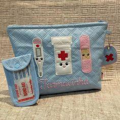 Bolsinha Multiuso / Farmacinha no Easy Sewing Projects, Sewing Projects For Beginners, Sewing Crafts, Nursing Accessories, Sewing Accessories, Girl Survival Kits, Diy First Aid Kit, Best Travel Luggage, Travel Crafts