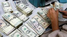 डिजिटल डेस्क, नई दिल्ली। देश का विदेशी मुद्रा भंडार 75.8 करोड़ डॉलर बढ़कर रिकॉर्ड पहली बार 586.082 अरब डॉलर पर पहुंच गया है। ये अांकड़े 8 जनवरी तक के हैं। बता दें कि इससे पहले 1 जनवरी को खत्म सप्ताह में विदेशी मुद्रा भंडार 4.483 अरब डॉलर बढ़कर 585.324 अरब डॉलर पहुंच गया था। भारतीय रिजर्व बैंक ऑफ इंडिया द्वारा शुक्रवार को जारी आंकड़ों के अनुसार रिपोर्टिंग पीरियड में फोरेन करंसी एसेट्स (FCA) के बढ़ने की वजह से मुद्रा भंडार में वृद्धि हुई। फोरेन करंसी एसेट्स, कुल विदेशी मुद्रा भंडार का अहम हि