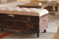 La ibérica. Baules.. montevideo Diy Wooden Desk, Wooden Desk Organizer, Pallet Furniture, Furniture Makeover, Diy Footstool, Bedroom Ottoman, Vintage Trunks, Blanket Box, Old Suitcases