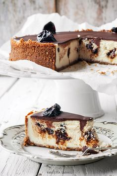 plum cheesecake with chocolate dessert recipes, dessert ideas. Cheesecake Recipes, Dessert Recipes, Dessert Ideas, Yummy Treats, Sweet Treats, Amazing Food Photography, Love Cake, Something Sweet, Food Cravings