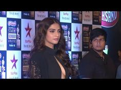 Sonam Kapoor looks WOW at the red carpet of Star Screen Awards 2016.