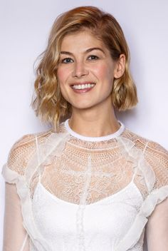 Celebrity Bobs That Will Actually Make You Want to Chop Your Hair Don't fear the bob—it just wants to make you look hot. These celebrity bobs will make you want to cut your hair immediately for the spring weather. Best Bob Haircuts, Short Bob Hairstyles, Hairstyles Haircuts, Braided Hairstyles, Rosamund Pike, Styles Bob, Short Hair Styles, Classic Bob Haircut, Haircut Bob