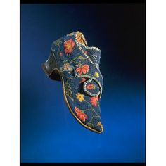 Linen canvas women's shoes from the 1730s-1740s, England. l Victoria and Albert Museum
