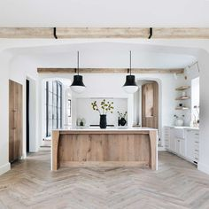 Home is where the heart is Spanish kitchen Some homeowners enjoy the vibrancy of flowers in their ya Küchen Design, Layout Design, Home Design, Interior Design With Wood, Design Trends, Style At Home, Home Decor Kitchen, Home Kitchens, Spanish Kitchen