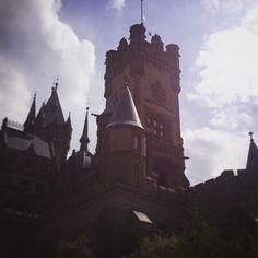 Wir haben gestern die #Drachenburg erkundet. Erst ging es mit dem Schiff von Köln nach Königswinter dann mit der Drachenfelsbahn (Deutschlands ältester noch betriebener Zahnradbahn) auf den #Drachenfels. Was den Tag dann noch besser machte als er eh schon war war die Frage einer Kassiererin ob ich denn schon 20 wäre.  #urlaub #tagesausflug #rheinland #travel #sightseeing #vacation #castle #dragonrock #latergram