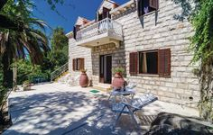 6 bedroom accommodation in Cavtat. Situated directly in the center of the maritime tourist resort Cavtat and but quietly, this holiday home offers relaxatio...
