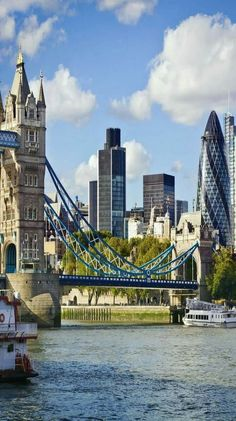 The Tower Bridge & The Gherkin. London.-