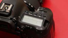 상부 조작 버튼과 다이얼은 EOS 5D 마크Ⅳ와 흡사하다.