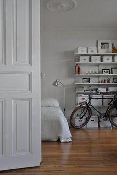 Die alte Stadtwohnung #altbau #fahrrad #interior #wohnidee #bedroom #holzboden #wohnidee