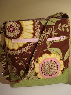 I tried a new bag pattern for my sister's birthday, it was at the beginning of the month, yes I was late getting it to her - thats familie. Cross Body Bag Pattern Free, Diy For Bags, Handmade Fabric Bags, Hipster Bag, Quilting Blogs, My Sewing Room, Diy Purse, Craft Bags, Bag Patterns To Sew