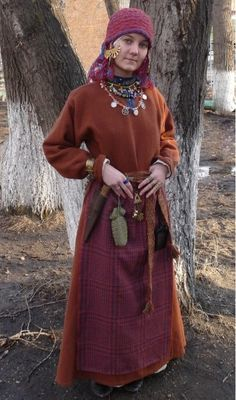 traditional Slavic clothing, especially from the Rus Vikings. The color combo here is particularly striking. Viking Garb, Viking Reenactment, Viking Dress, Viking Costume, Medieval Costume, Norse Clothing, Medieval Clothing, Historical Costume, Historical Clothing