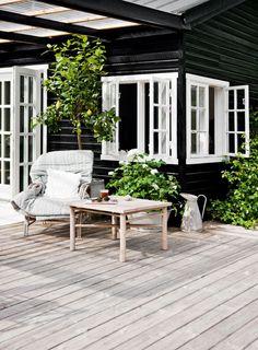 Havemøblerne er af ældre dato og tilsat bløde tekstiler fra Tine K Home og masser af grønne planter.
