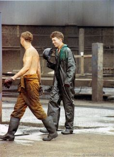 Guys washing trucks wearing dirty brown and green waterproof overalls 3 Farm Boys, Country Boys, Rubber Boots For Men, Worker Boots, Hot Cops, Boiler Suit, Wellington Boot, Men In Uniform, Boots