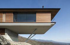 Casa suspensa no topo da montanha