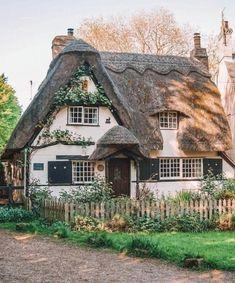 Cottage In The Woods, Cozy Cottage, Cottage Homes, Cottage Style, Storybook Homes, Storybook Cottage, Cottages Anglais, Patio Grande, Fairytale Cottage