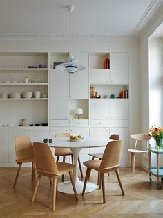 some open and some closed - brilliant - Small dining area in a Paris kitchen by A+B KASHA. Photo by Idha Lindhag. Small Dining, Round Dining Table, Dining Area, Dining Rooms, Dining Chairs, Paris Kitchen, Kitchen Dining, Mid-century Modern, Wainscoting Styles