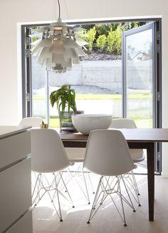 #urbanhus#kjøkken#bord#eams#stoler#kongle#lampe#sorte#dører#kitchen#chairs#table