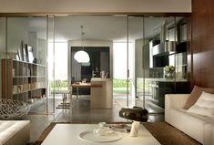 Me encanta esta cocina de diseño integrada en el Salón con puerta corredera de cristal.