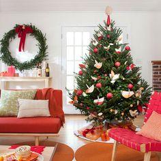 arbre de noël décoré en couleur rouge avec une couronne de porte