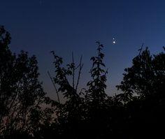 Vénus et Jupiter: l'ouest-nord-ouest le mardi 30 juin 2015 au soir dans le sud de la France. Jupiter est au-dessus et certains de ses satellites sont visibles sur l'image en grand format.