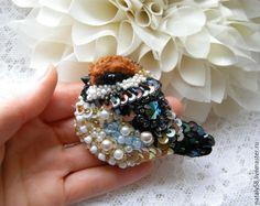 Купить Брошь Воробей - коричневый, брошь воробей, Вышивка бисером, птичка, брошь птичка Felt Brooch, Beaded Brooch, Beaded Jewelry, Embroidered Bird, Beaded Embroidery, Bead Crafts, Jewelry Crafts, Tops A Crochet, Couture Beading