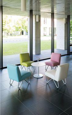 RUZE lounge chair : 輪郭をなぞるように施されたダブルステッチがやわらかなシルエットを作り出します。 シンプルな経常の中に、公共のロビー空間で求められる最適な座り心地を実現するためのノウハウをつめこみました。 優美な曲線を描くスチール製の脚もポイントです。