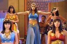 Safira é obrigada a dançar na Casa de Senet e mexe com a imaginação dos frequentadores - Fotos - R7 Os Dez Mandamentos