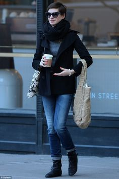 Anne Hathaway brightens up her stylish casual outfit with fun multi-coloured painted talons Winter Outfits, Casual Outfits, Star Images, Style Guides, Style Me, Classic Style, Celebrity Style, Short Hair Styles, Winter Looks