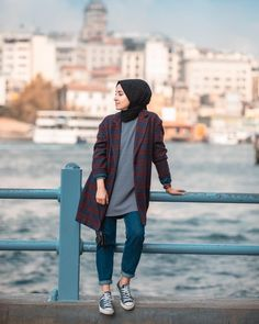 Da rabia karaca aktoprak son fotoraflarma olan ilgi ok houma gidiyo hep bu tonlarda m olsun sizce yoksa biraz kahve tonlarna dneyim mi bugn son image may contain one or more people people standing and outdoor Hijab Casual, Modest Fashion Hijab, Modern Hijab Fashion, Street Hijab Fashion, Hijab Fashion Inspiration, Hijab Chic, Casual Dress Outfits, Muslim Fashion, Fashion Outfits