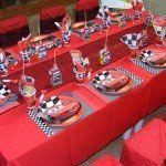 decoração de festa infantil com o tema carros de mesa