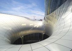 This huge bulbous building by XTU Architects creates a wine museum on the Bordeaux riverfront Bordeaux France, Bordeaux Wine, Parametric Design, Renzo Piano, Design Blog, Facade Architecture, Design Furniture, Building Design, City