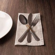Capriche na apresentação da mesa com os talheres da linha Louvre para surpreender pessoas especiais ☺️ Se quiser inovar, aposte em detalhes como fio de palha para amarrar as peças. #dinner #dinnertime #eating