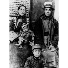 Sua Santidade bebê 1935-1936 com seus pais e um de seus irmãos mais velhos  #now #nowmaste #namaste