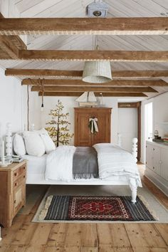 yourself comfortable with these Christmas bedroom decor ideas . yourself comfortable with these Christmas bedroom decor ideas . Easy Home Decor, Home Decor Trends, Decor Ideas, Art Ideas, Christmas Bedroom, Farmhouse Interior, French Farmhouse Decor, Minimalist Bedroom, Minimalist Cottage Decor