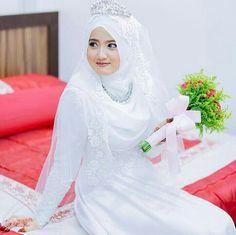 Pretty bride with hijab & tiara…… photo by hzpimage Bridal Hijab, Hijab Bride, Pakistani Wedding Dresses, Muslim Brides, Muslim Couples, Nigerian Weddings, African Weddings, Bridesmaid Dresses, Bridesmaids