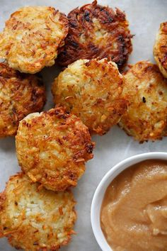 Gluten-Free Classic Potato Latkes These Gluten-Free Classic Potato Latkes are just like grandma makes them only made without any refined white flour! They have The post Gluten-Free Classic Potato Latkes appeared first on Lexi's Clean Kitchen. Gluten Free Recipes For Breakfast, Gluten Free Breakfasts, Latkes Recipe Gluten Free, Potato Recipes, Paleo Recipes, Jewish Recipes, Lexi's Clean Kitchen, Potato Latkes, Potato Pancakes